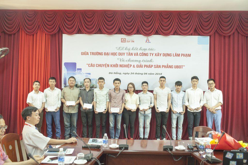 Sinh viên Duy Tân nhận học bổng của Công ty TNHH Xây dựng Lâm Phạm