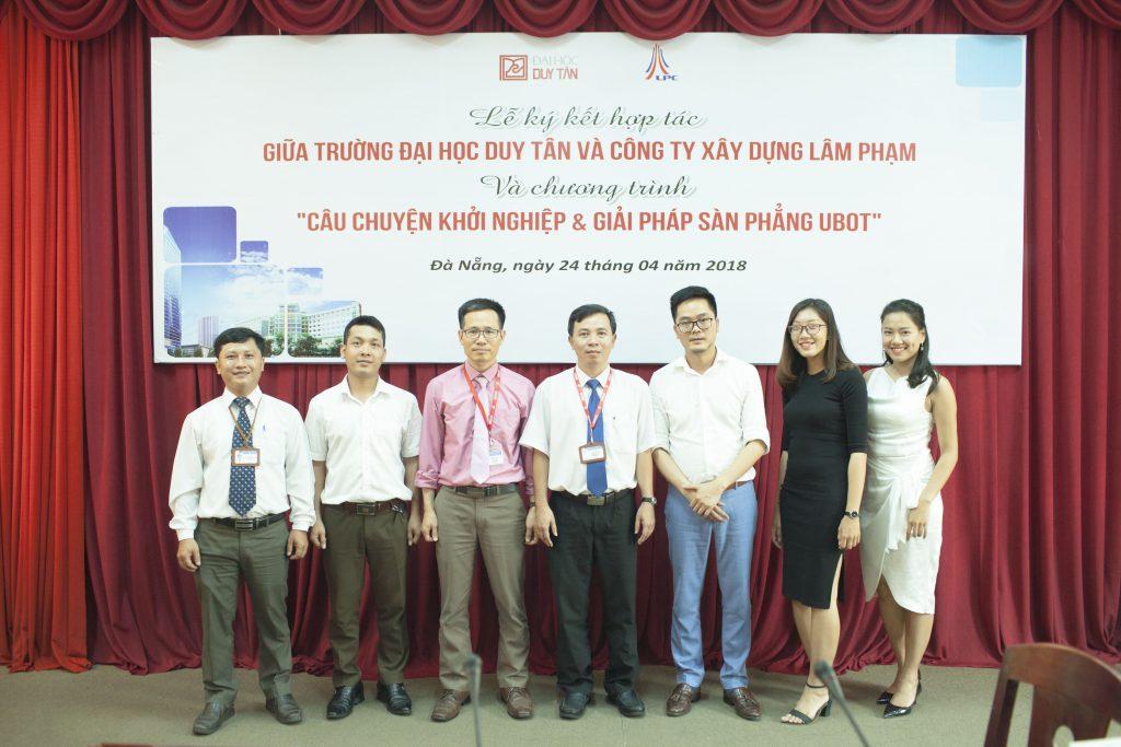 Công ty TNHH Xây Dựng Lâm Phạm chụp ảnh lưu niệm với trường đại học Duy Tân